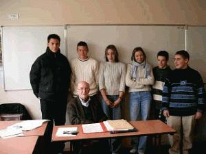 André Jacolin en compagnie de quelques élèves du Club Résistance, 9 mars 2004, Collège Geneviève de Gaulle-Anthonioz des Bordes (Droits réservés, Benoît Momboisse)