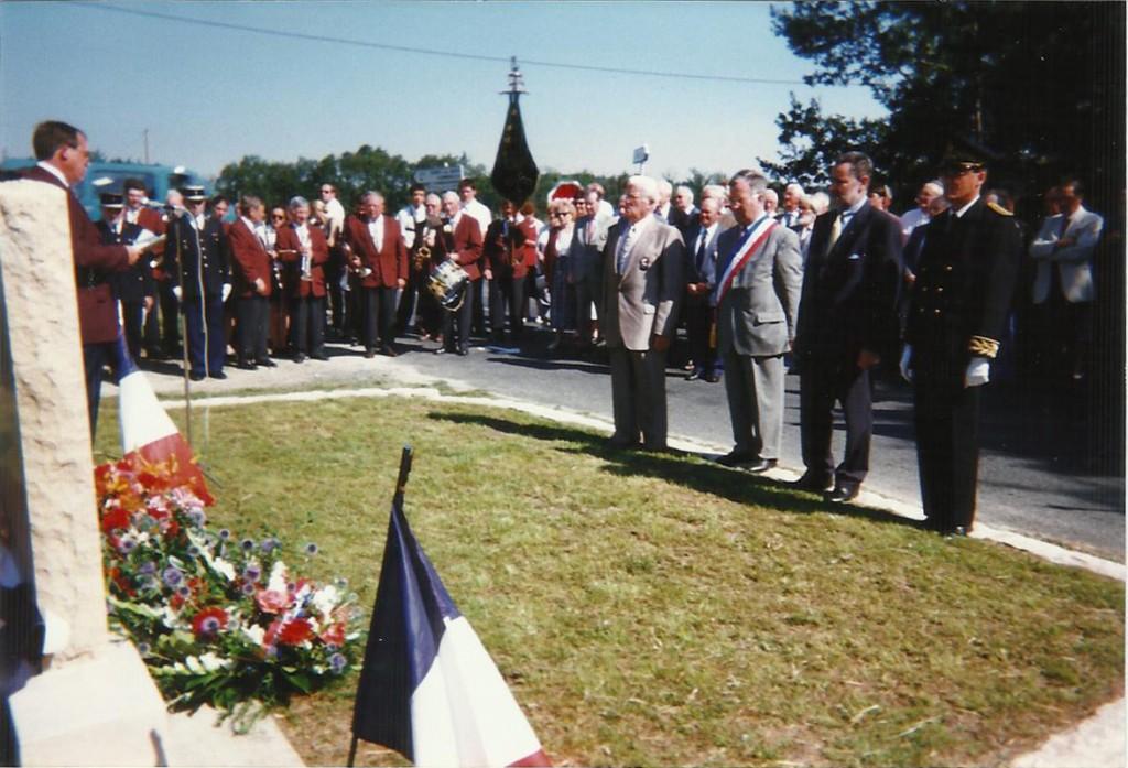 Inauguration de la stèle en mémoire des tués du 12 août 1944 à Chicamour, en présence de Bernard Chalopin (à gauche), le 24 juillet 1999